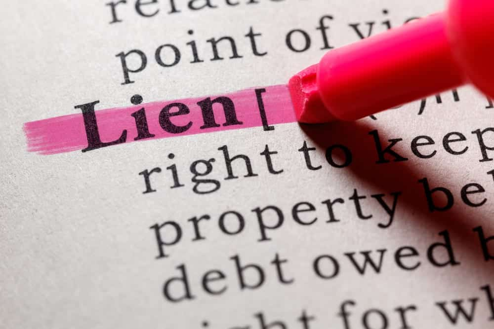"""Pink highlighter highlighting the word """"lien"""" in the dictionary"""